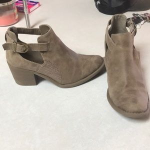 [Quoid] Cut out ankle bootie